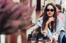 Kvinna med en Apple iphone på ett café