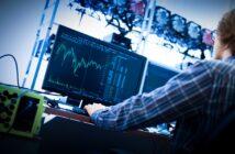 SOC - foto av en man som jobbar med analysverktyg