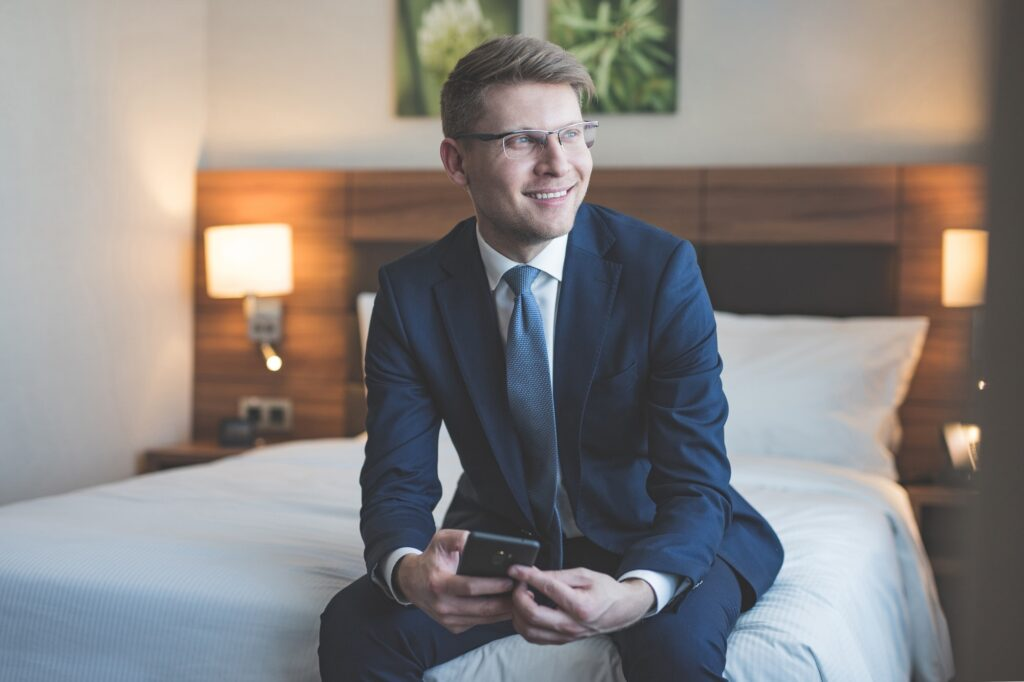 Leende affärsman på ett hotell