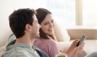 Apple pay - par som sitter i en soffa